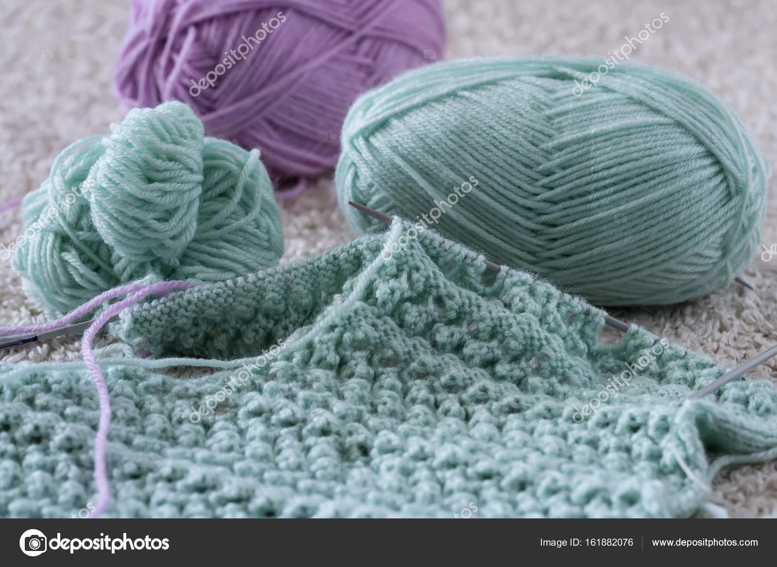 товары для вязания с крупным планом спицы в разных ракурсах