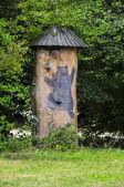 Fotografie Traditionellen malerischen hölzernen Bienenstock in Slowenien, ein Baum-trun