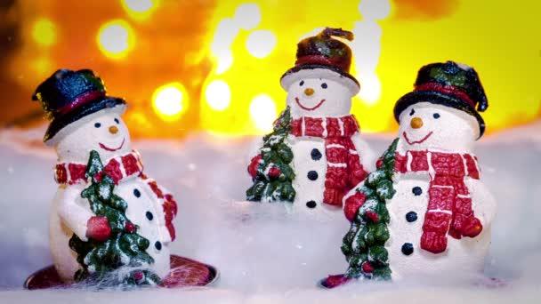 Három hóembert, karácsony tájon, animált hópelyhek alá az égből