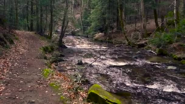 Horská řeka, voda tekoucí přes kameny a balvany