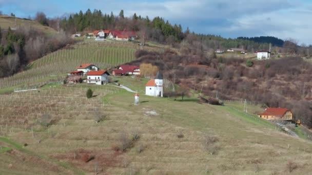 Kaple svetského roku v Kovaci nad Slovenskou Bistricí, s vinicemi vinařské oblasti Pohorje, letecký pohled
