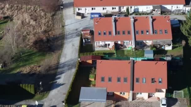 Lakóházak modern külvárosi területen Európában, légi kilátás a lakóövezetre