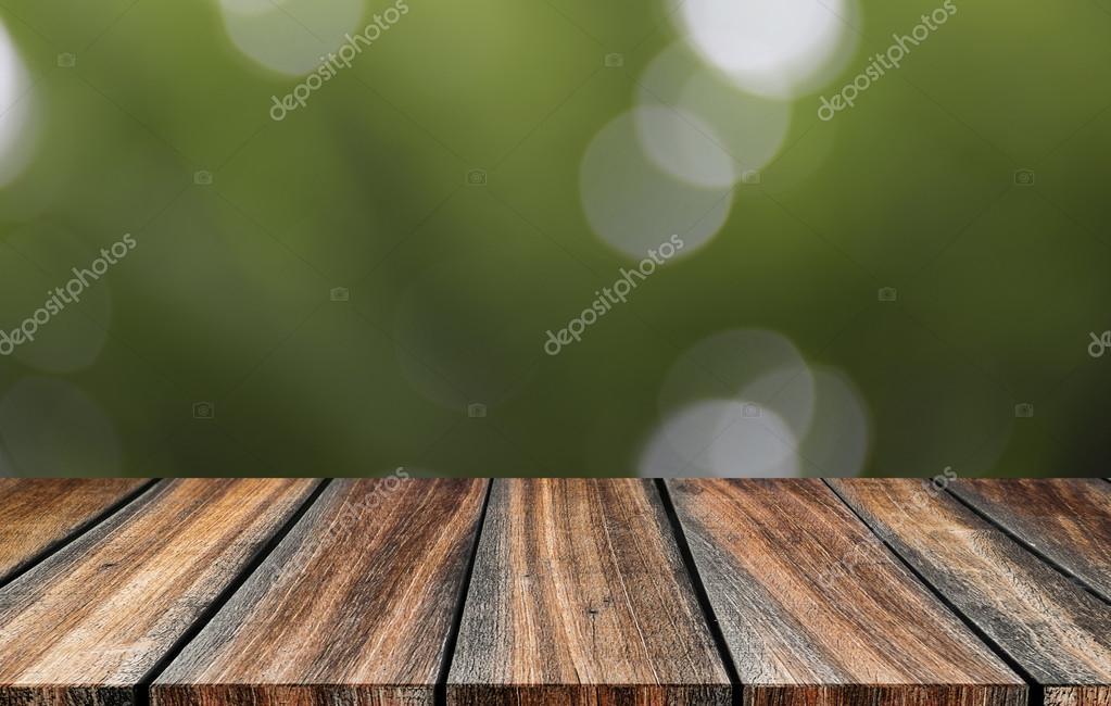Bureau en bois vide avec fond de bokeh nature abstraite floue. vue