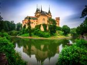 Zámek Bojnice je romantický zámek s původními gotickými a renesančními prvky postavenými ve 12. století. Krásný Bojnický zámek je jedním z nejnavštěvovanějších hradů na Slovensku.