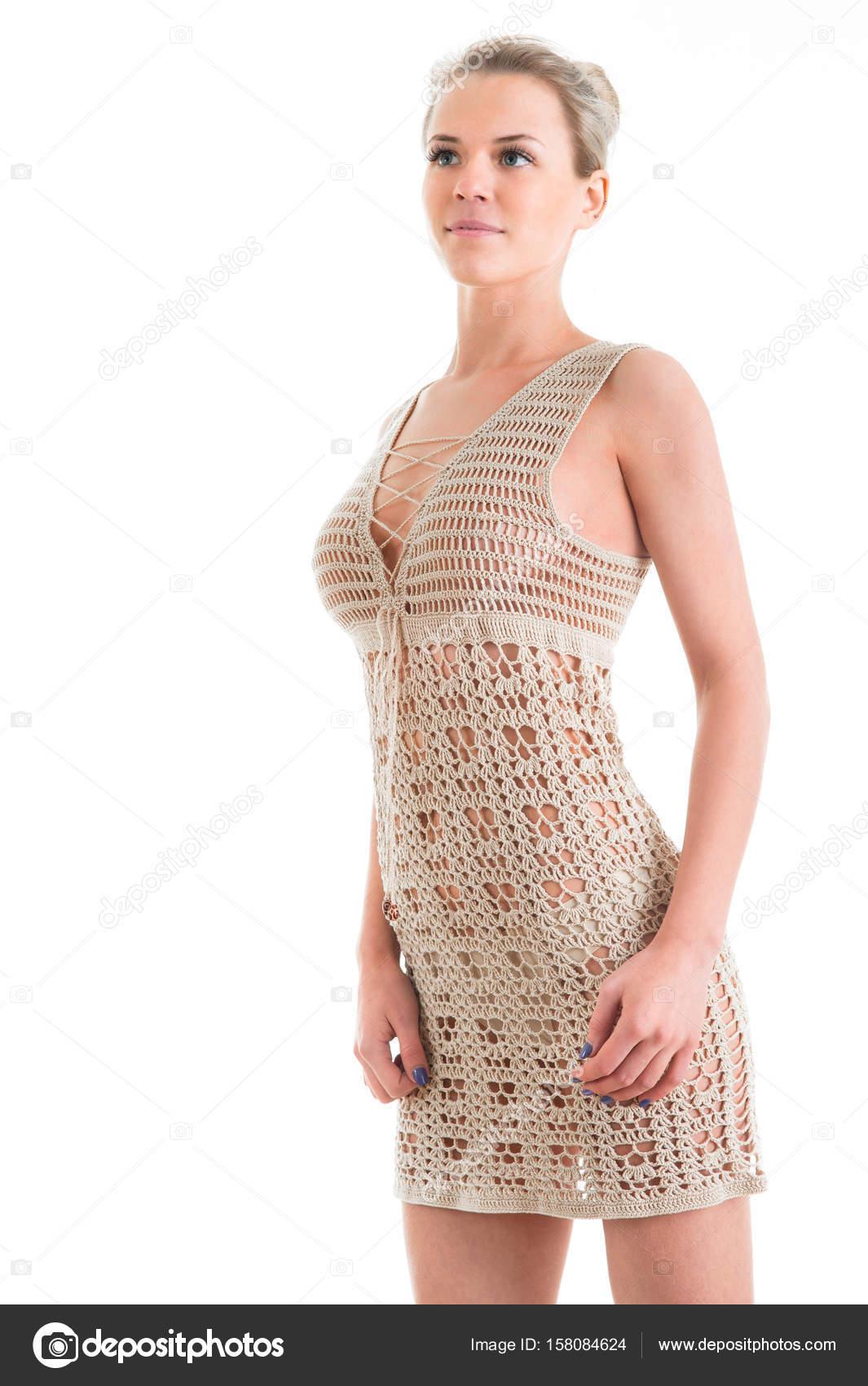 ab8eb7ab02f3a4 Het meisje in mooie korte gebreide jurk. Studio geïsoleerd portr — Stockfoto