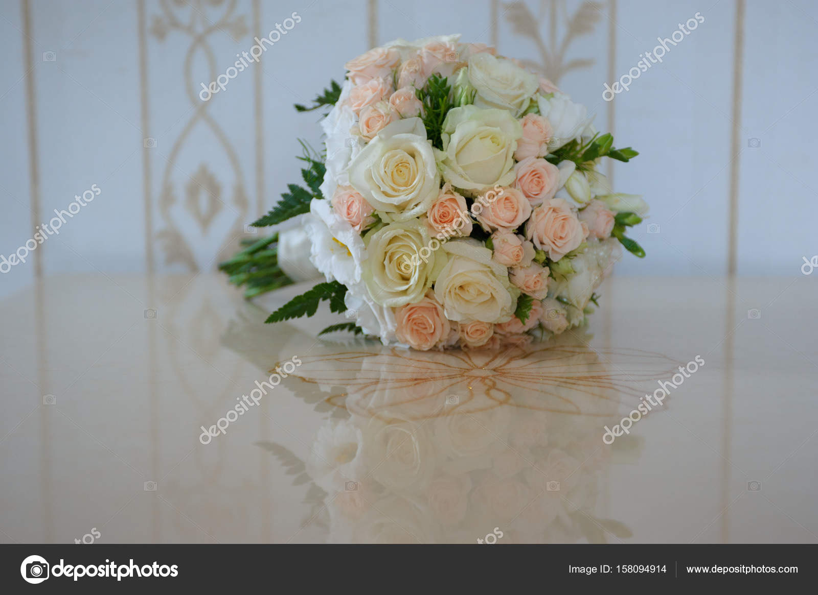 Bouquet Sposa Con Rose.Wedding Bouquet With White And Pink Roses Stock Photo