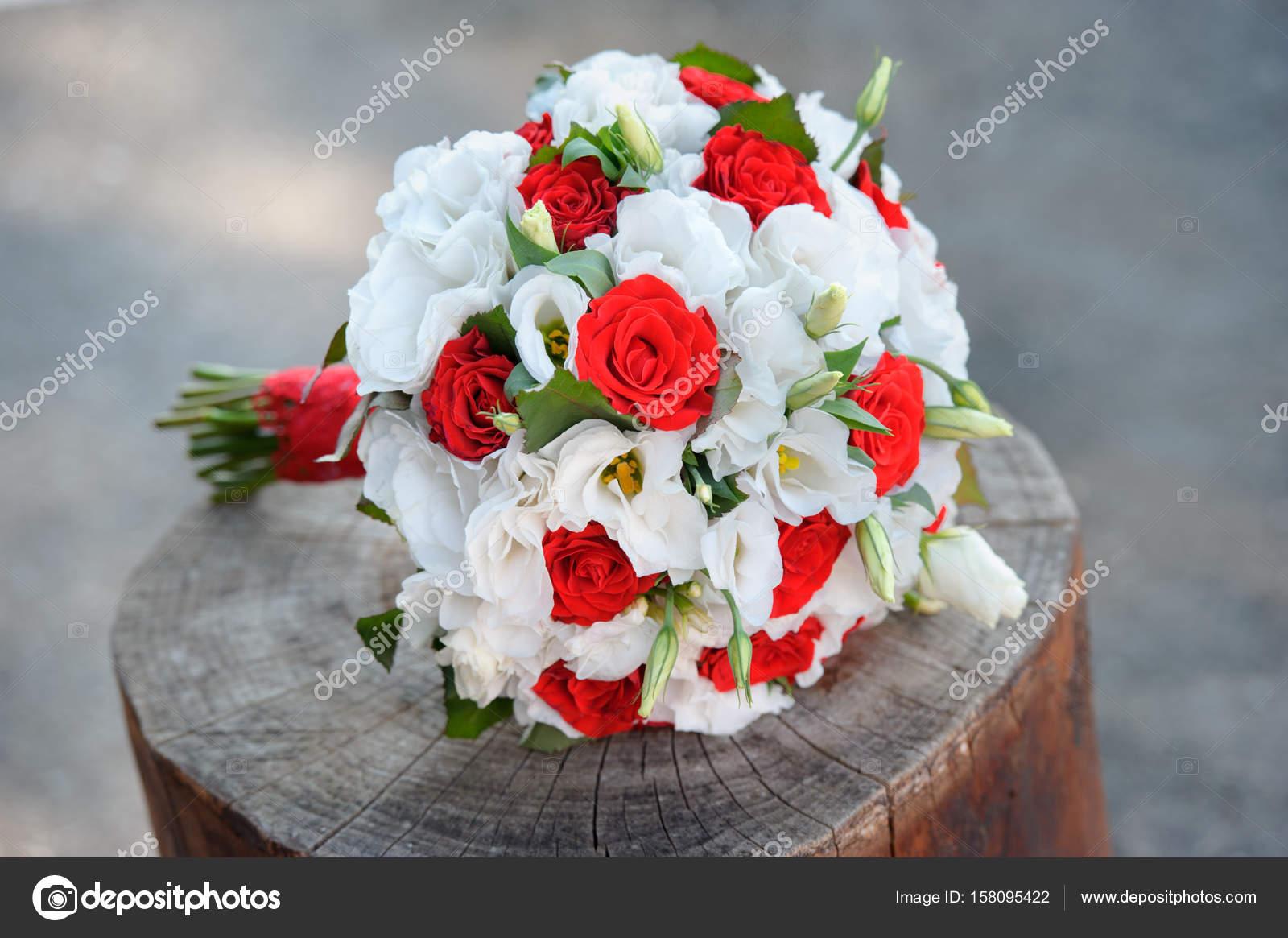 Zarte Brautstrauss In Weiss Und Rot Farben Blumen Stockfoto