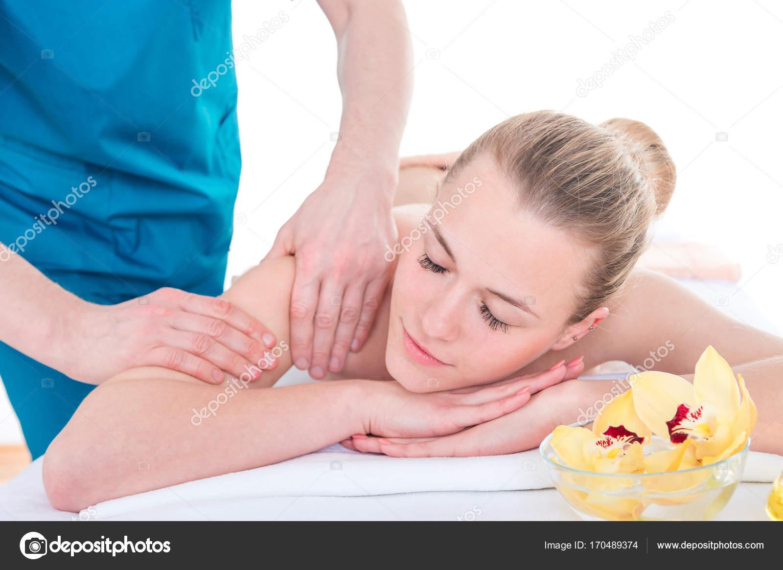 Masseur professionnel masser les bras et les épaules féminines ...
