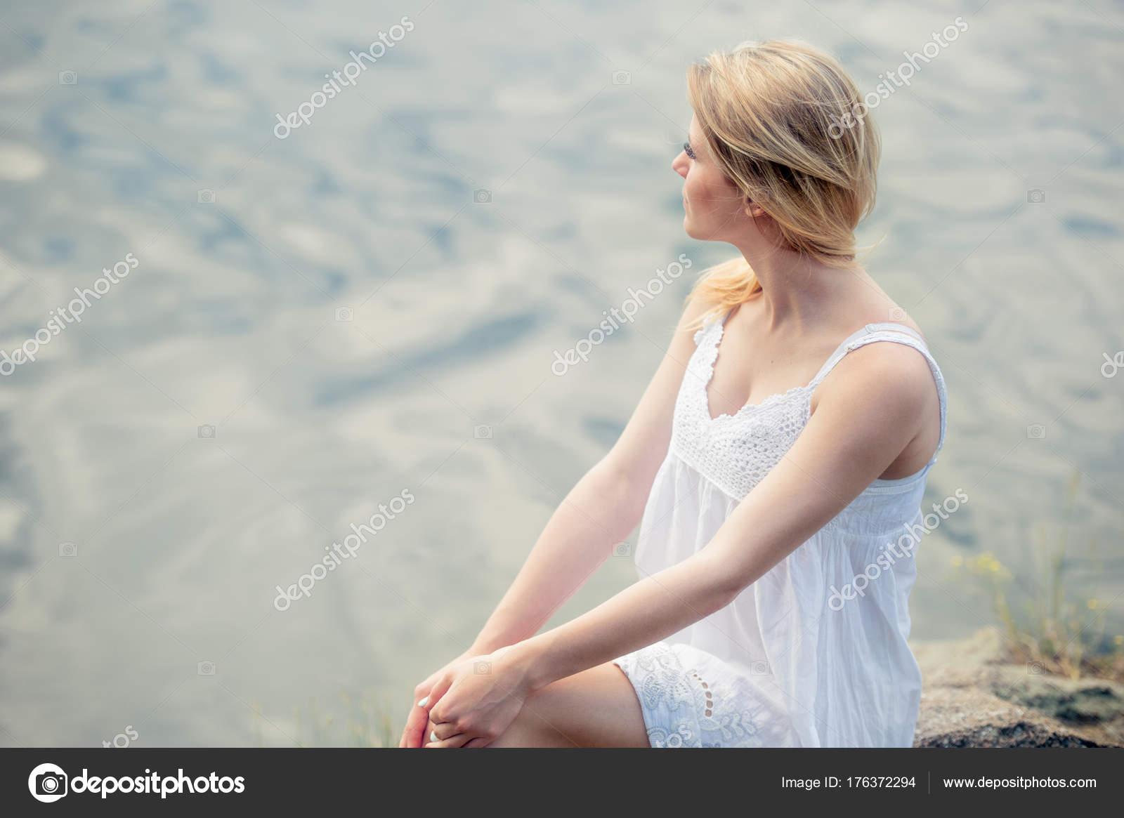 Soñar Con Vestido De Blanco Luz Chica En La Playa Foto De