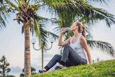 Sportovní žena pitné vody venkovní slunečný den