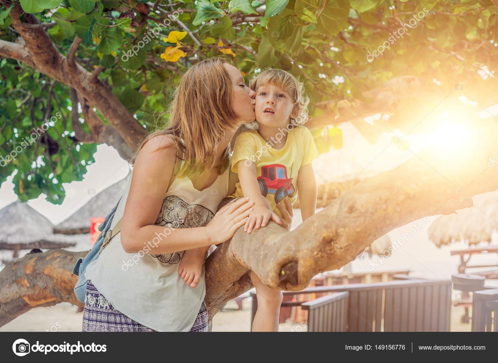 Kussen Voor Peuter : Moeder kussen haar peuter zoon u2014 stockfoto © galitskaya #149156776