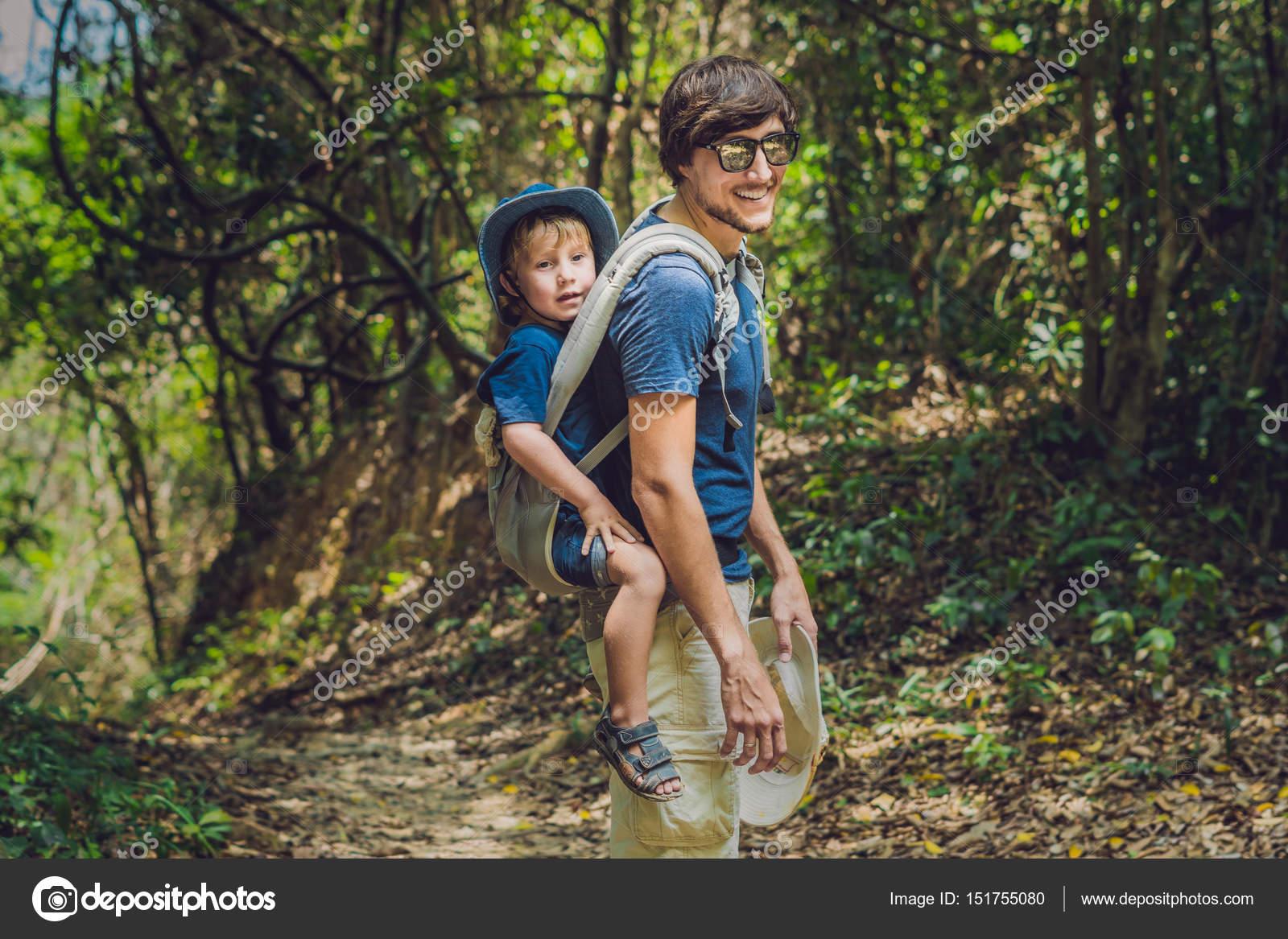 La porte du père son fils chez un bébé portant est randonnée dans la forêt.  Touristique est portant un enfant sur le dos à la nature du Vietnam — Image  de ... 2151a1e59d2