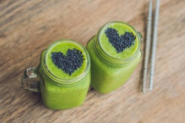 green smoothies with banana and spinach