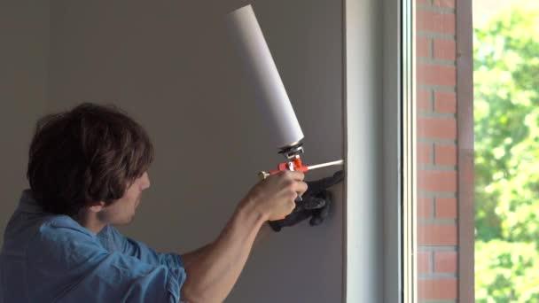 Muž má okno instalace