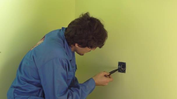 profesionální elektrikář dělá zásuvku instalační.