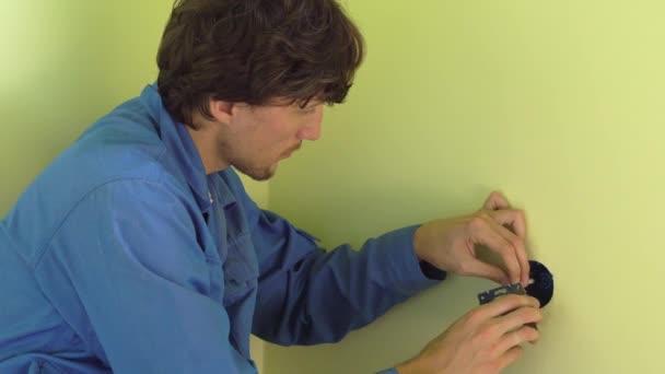elettricista professionista facendo presa installazione.