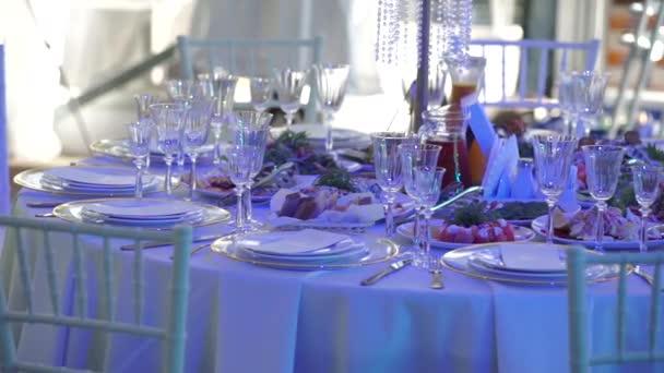 tabulky na svatební oslavě v hodovní síni. Svatební Catering služby koncept