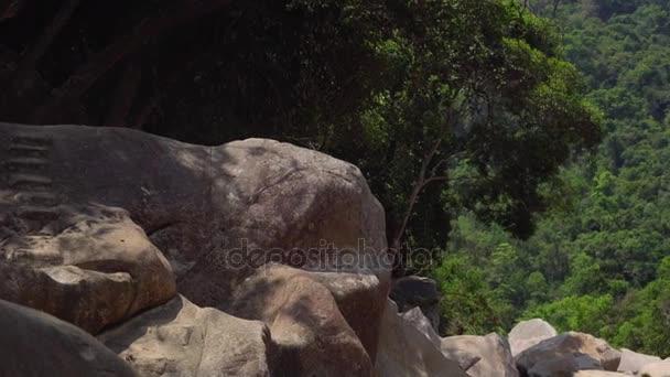 Krásné kaskádové vodopád Datanla