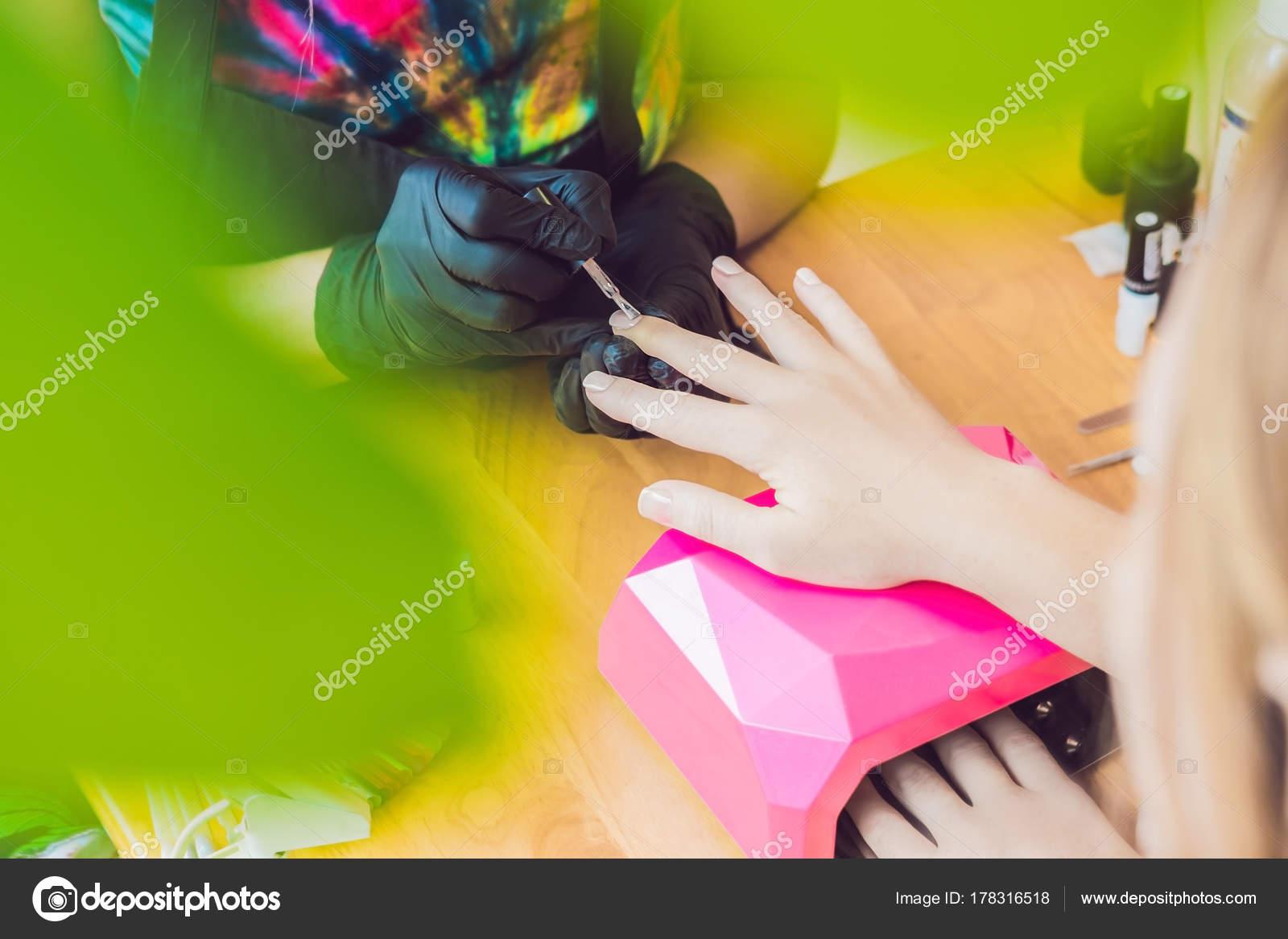 Primer Dedo Cuidado Por Especialista Manicure Salón Belleza Del ...