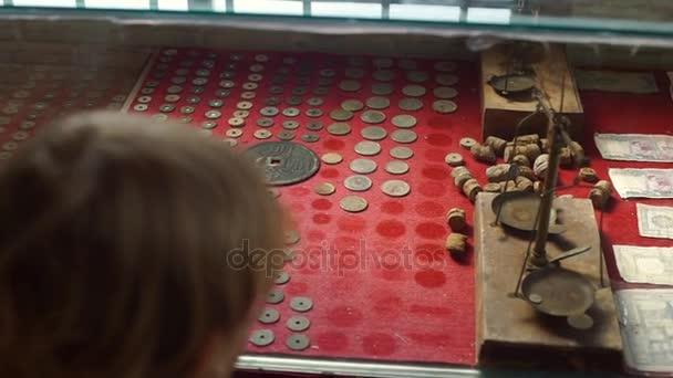 Fiú a Természettudományi Múzeum, a Vietman látszó-on egy ősi kínai-vietnami érmék
