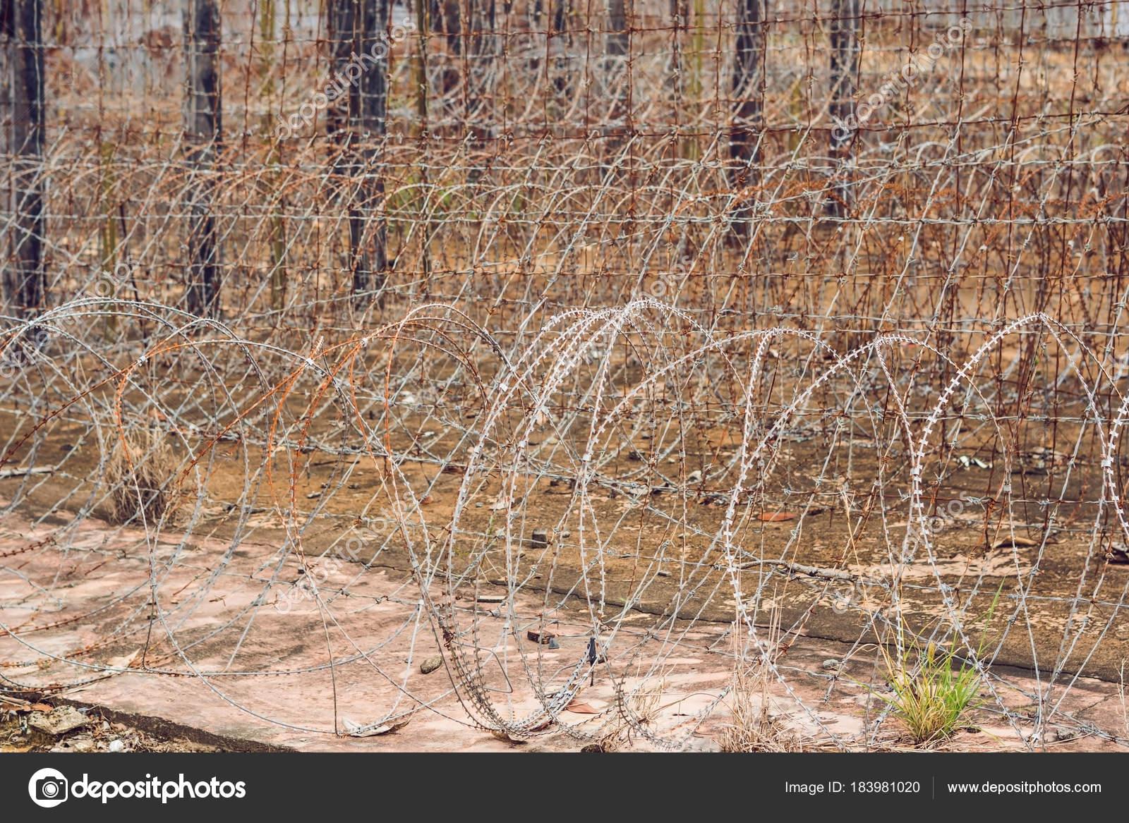 Stacheldraht Einen Zaun Gefängnis Gefängnis Konzept — Stockfoto ...