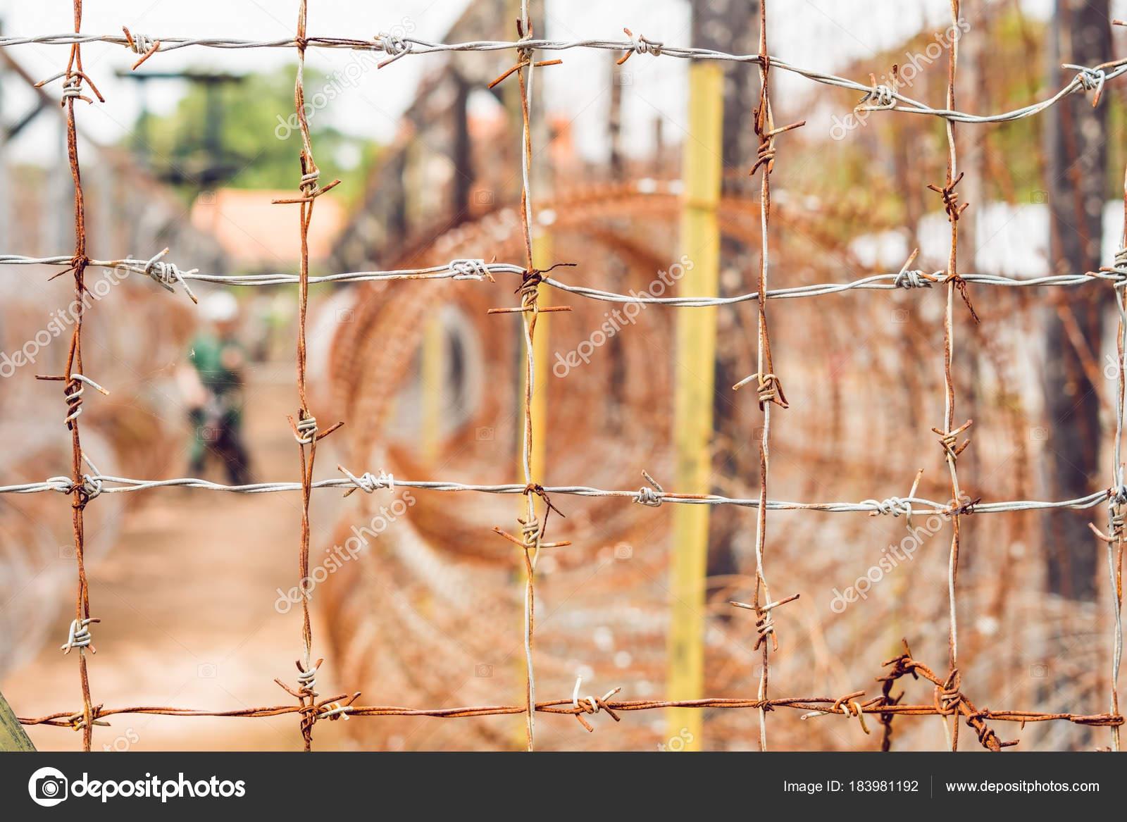 Stacheldraht Einen Zaun Gefängnis Und Die Silhouette Der ...