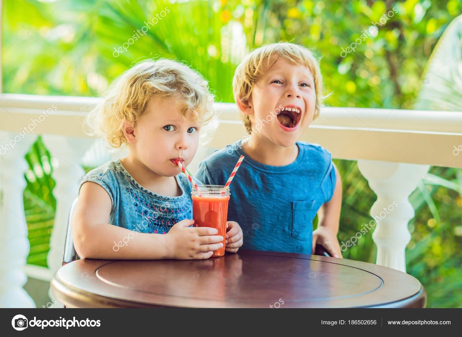 43014cd6aa4 Αγόρι Και Κορίτσι Smoothie Ποτό Πορτοκαλί Παιδιά Από Παπάγια ...
