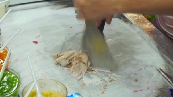 Proces tvorby ručně vyráběné ovoce zmrzlina na asijské noční trh