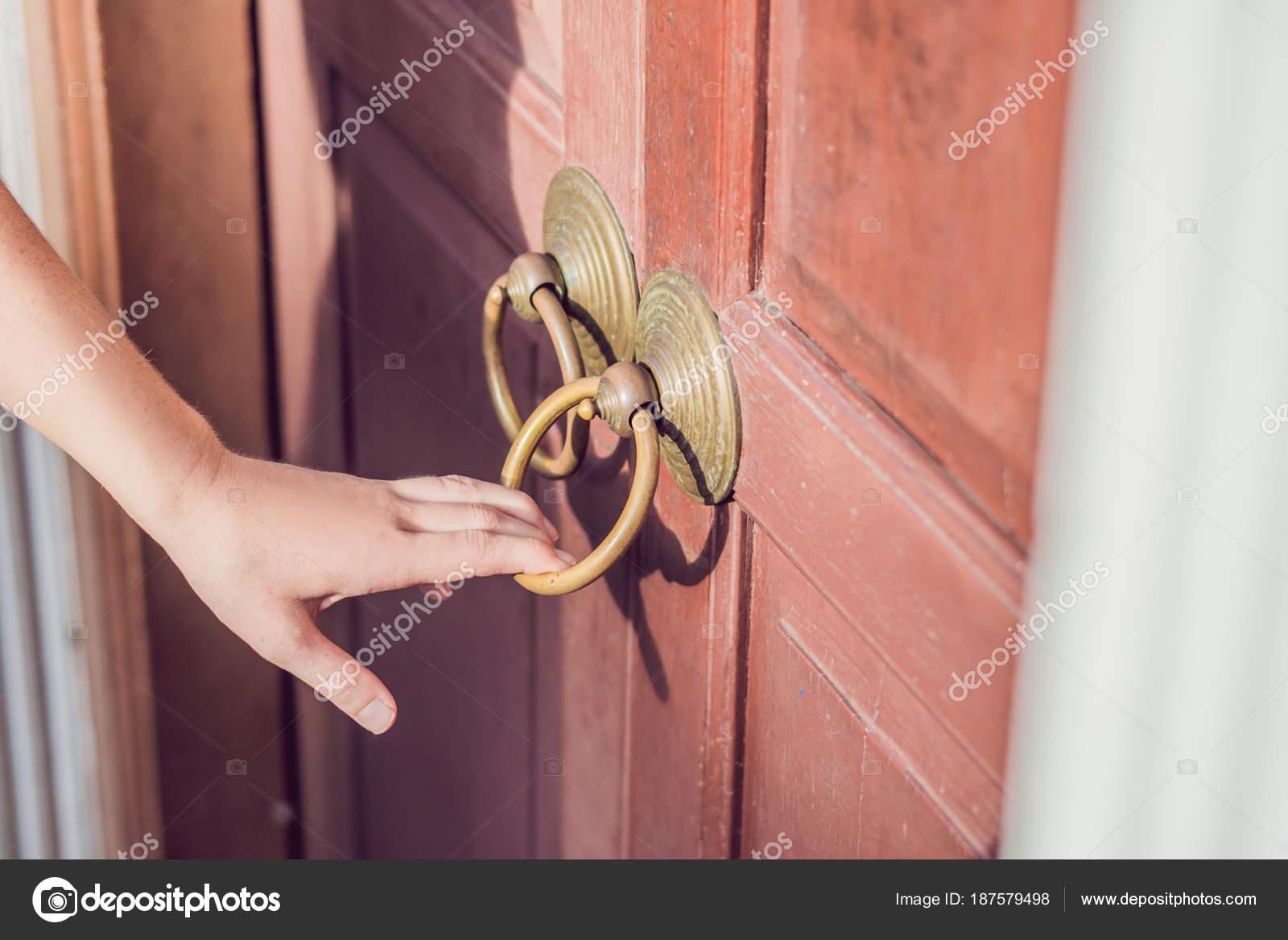 Mano Apre Porta Antica Della Maniglia Rotonda Foto Stock