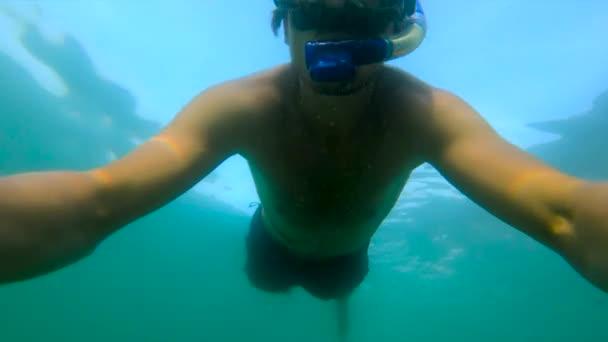 Ultraschallzeitlupe Unterwasseraufnahmen eines Mannes beim Schnorcheln im Meer vor einer tropischen Insel