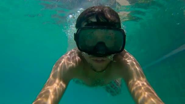 8x Zeitlupenaufnahme eines Mannes mit Tauchermaske beim Training in einem Pool