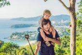 Apa és fia, a Karon View Point a napsütésben. Phuket. Utazótáska-val a gyermek koncepció