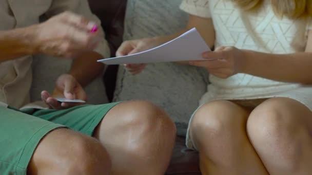 giovane agente immobiliare incontra cliente nella hall di un condominio. client sighns un contratto e ottenere la chiave e plastica key card