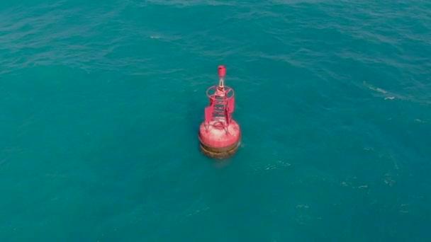 Luftaufnahme einer roten Boje in einem schönen blauen Meer