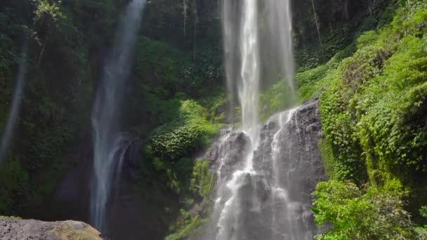 Největší vodopád na ostrově Bali - vodopád Sekumpul. Cestování na Bali koncept.