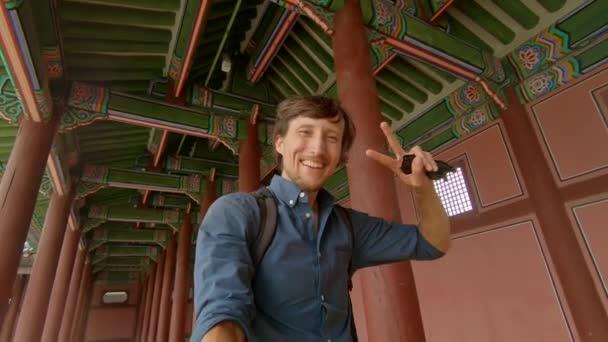 Selfie video. Mladý muž turista navštíví starobylý palác v Soulu v Jižní Koreji. Koncept cestování do Koreje. Snímek zpomalení