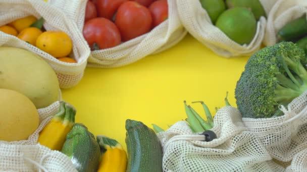 Barevné ovoce a zelenina v sáčcích na jedno použití na žlutém pozadí. Žádné plýtvání. Snížit koncepci plastového odpadu