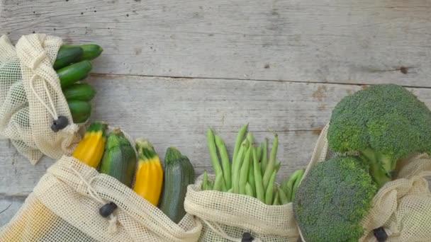 Barevná zelenina v opakovaně použitelných taškách na dřevěném pozadí. Žádné plýtvání. Snížit koncepci plastového odpadu