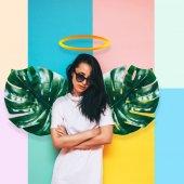 Fényképek lány angyal szárnyakkal készült palm elhagyja, és feje fölött a halo