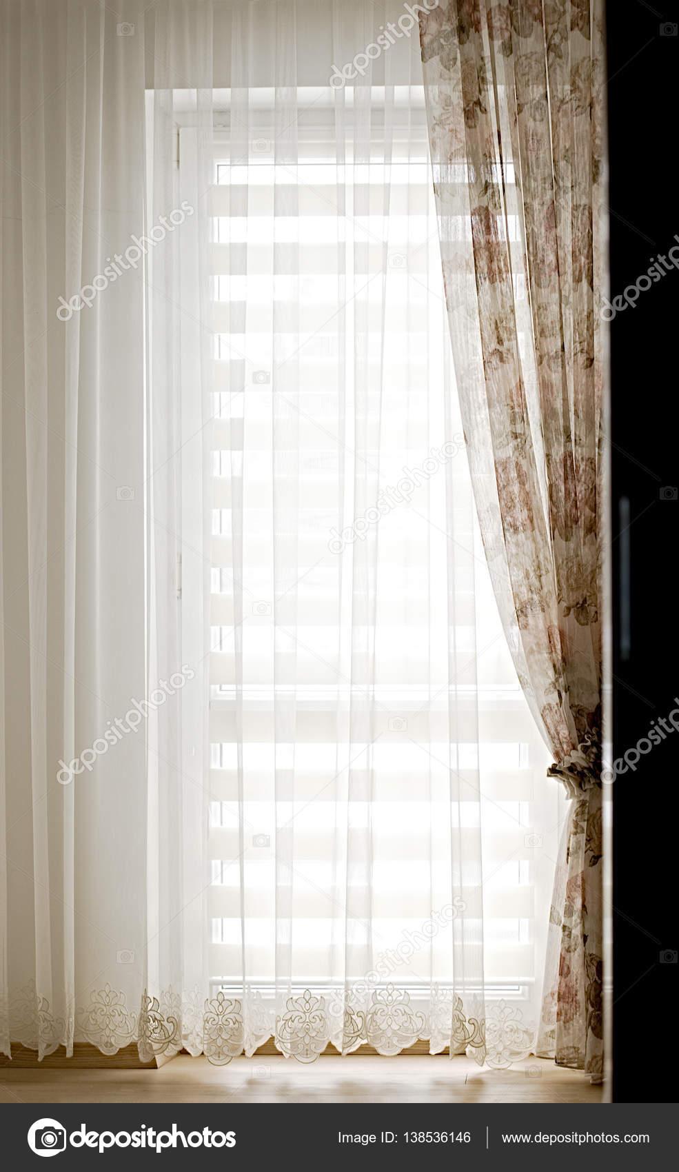 pure witte tule en vintage bloemen gordijnen in de slaapkamer wit stockfoto