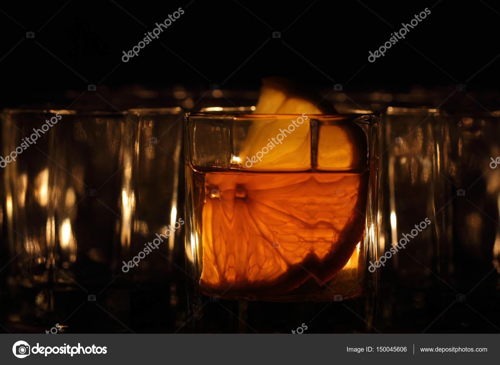 Un bicchiere di bevanda alcolica forte si leva in piedi su for Piani domestici di 2000 piedi quadrati