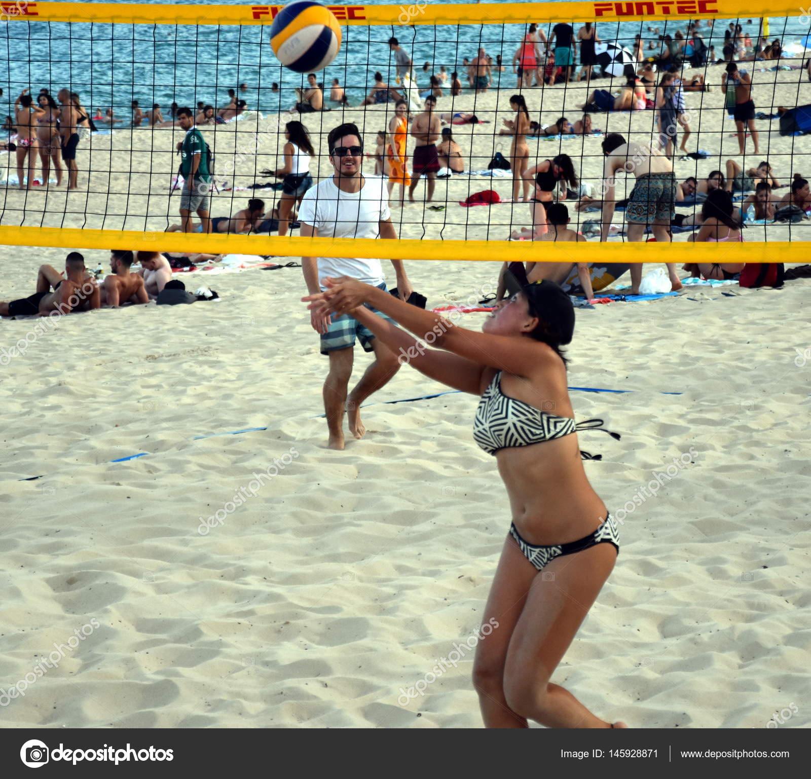 bdcb93f691 Chica en bikini jugando volley en la playa de Coogee. Mujeres y hombres que  se divierten. Juego de pelota de voley recreativo en estilo ...