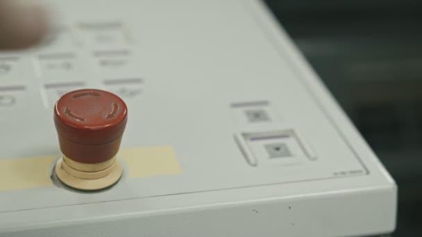 Hand drückt den roten Knopf auf dem Panel bei Lügendetektor-Industrie