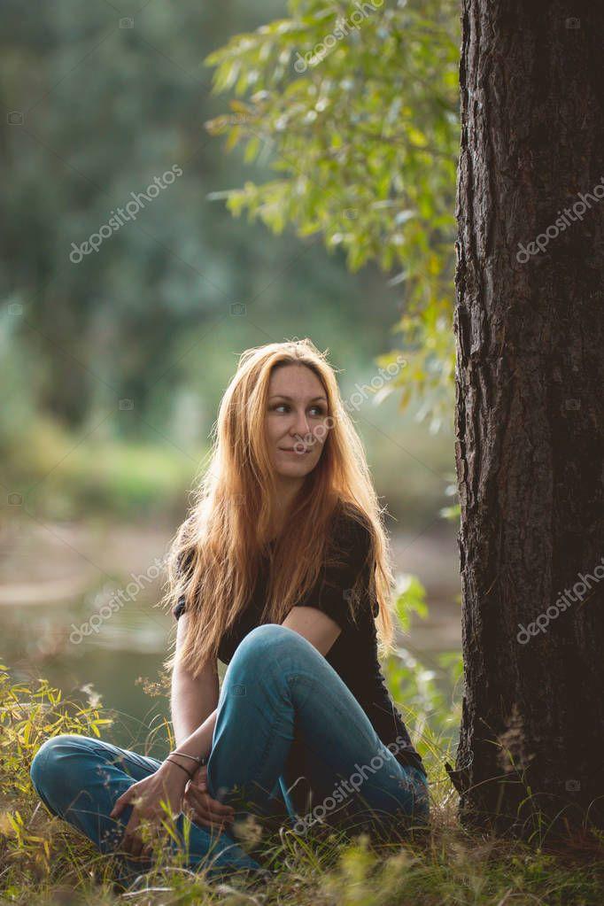 Девушка сидит рыжеволосая фото 385-155