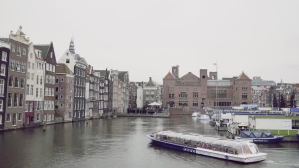 16 října 2016, Amsterdam, Nizozemsko, výletní loď pluje v kanálu, Holandsko
