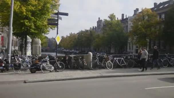 17. října 2016, Amsterdam, Nizozemsko - kanály, řeky, města, turisté amstel, na ulici, pohled z tramvaje, Holandsko