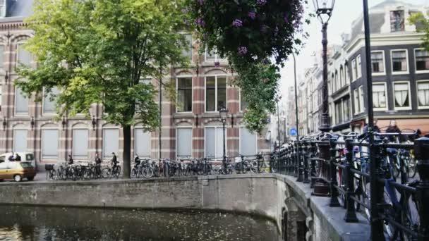 Most přes průplav v Amsterdamu, Amstel, Holandsko, Nizozemí
