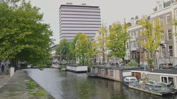 Čluny a hausbóty na Amstel canal v Amsterdamu, Nizozemsko