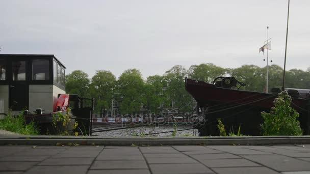 Pohled na Amsterdam - lodě a hausbóty podél Amstel kanály, Nizozemsko