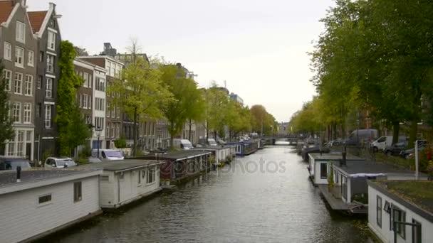 Lodě a hausbóty podél kanálů, Amsterdam, Nizozemsko